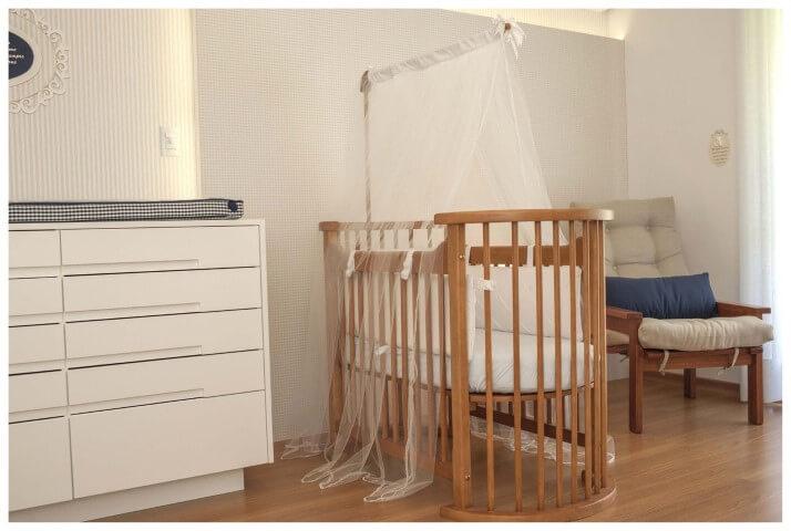 Quarto de bebê menino com berço de madeira Projeto de Paula Ines Sizinando