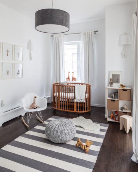 Quarto de bebê menino com berço de madeira e decoração minimalista Foto de Home BNC