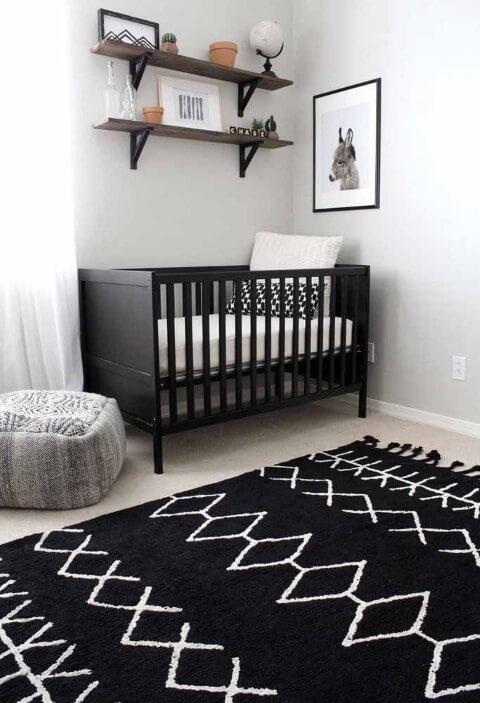 Quarto de bebê menino com berço preto e prateleiras em cima Foto de Pinterest