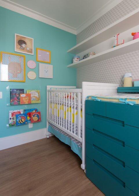 Quarto de bebê menino com cômoda azul e quadros na parede verde Projeto de Anna Maria Parisi
