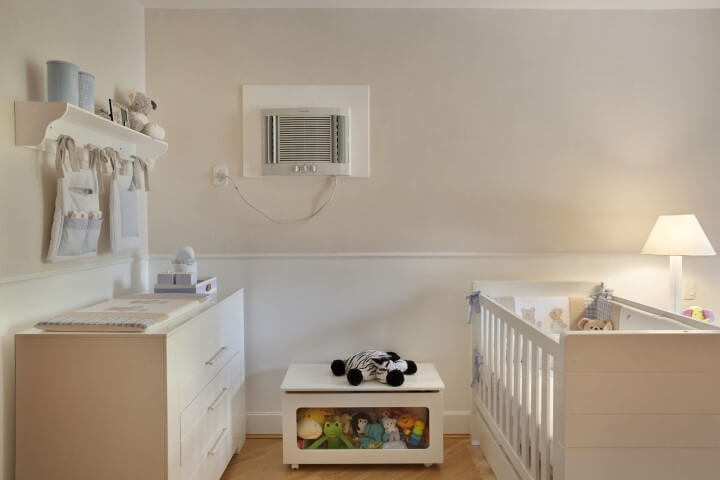 Quarto de bebê menino com cômoda branca com trocador Projeto de Leticia Araujo