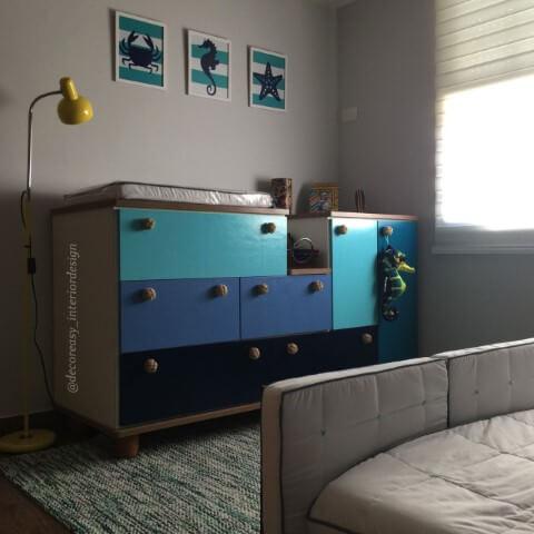 Quarto de bebê menino com cômoda colorida Projeto de Simone Ghezzi Russo