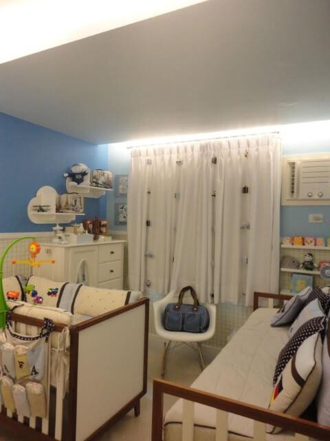 Quarto de bebê menino com cadeira de balanço Projeto de Maria Helena Torres