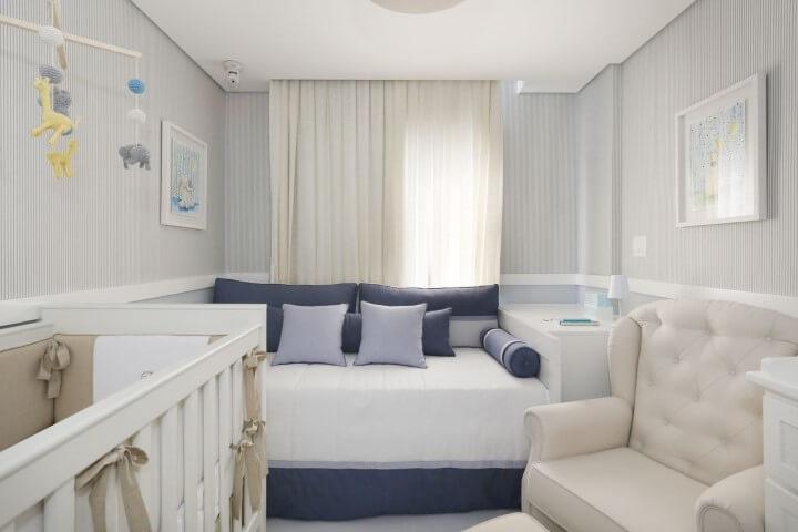 Quarto de bebê menino com cama auxiliar Projeto de Start Arquitetura