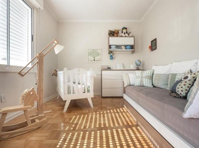 Quarto de bebê menino com chão de taco e móveis brancos Projeto de Bladi Haus