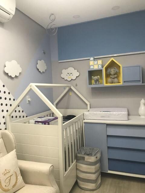 Quarto de bebê menino com decoração azul, cinza e branca Projeto de Lidia Basile
