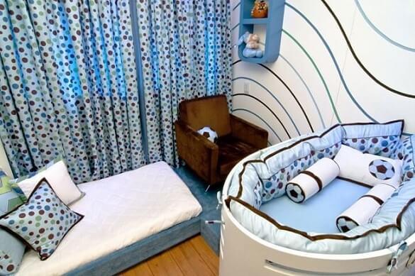 Quarto de bebê menino com decoração azul e marrom com estampa de bolinhas Projeto de Maria Claudi