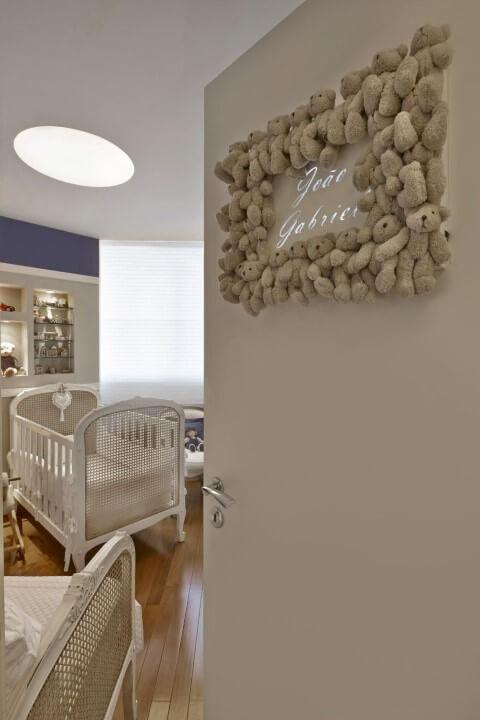 Quarto de bebê menino com enfeite de pelúcia na porta Projeto de Gislene Lopes