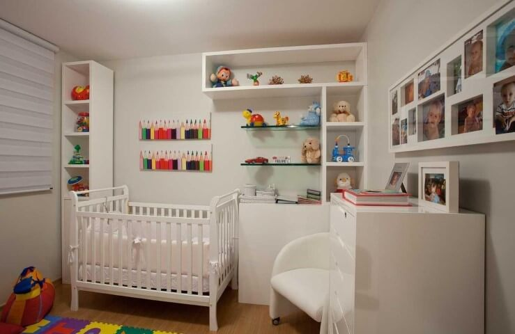 Quarto de bebê menino com móveis brancos e detalhes coloridos Projeto de LF Rezende