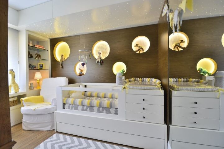 Quarto de bebê menino com nichos embutidos iluminados na parede Projeto de BG Arquitetura