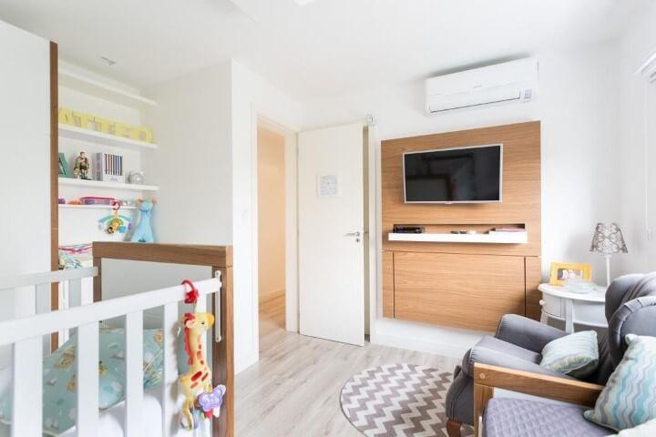 Quarto de bebê menino com painel de televisão de madeira Projeto de Kali Arquitetura