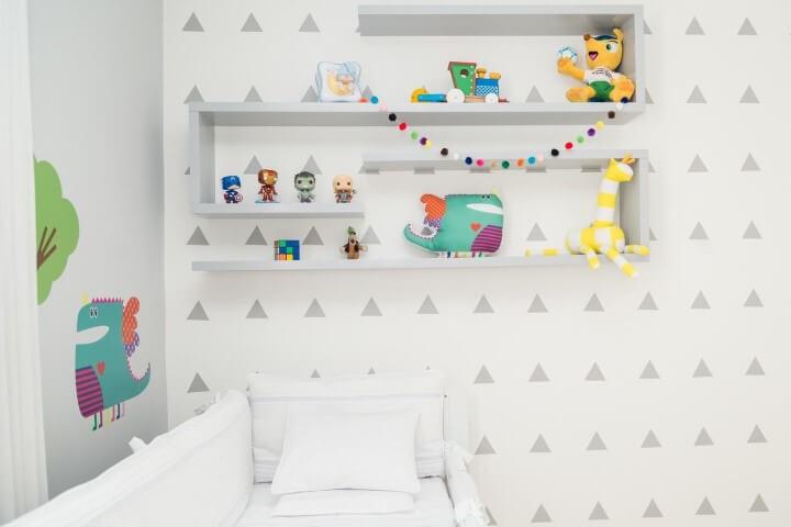 Quarto de bebê menino com papel de parede com triângulos Projeto de Patracia Bigonha Drummond