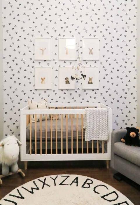 Quarto de bebê menino com papel de parede de triângulos Foto de Site House