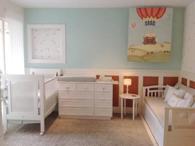 Quarto de bebê menino com parede azul clara e móveis brancos Projeto de Lucia Tacla