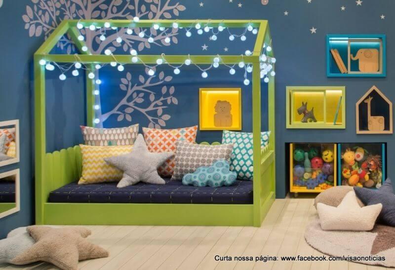 Quarto de bebê menino com parede azul e cama montessoriana verde