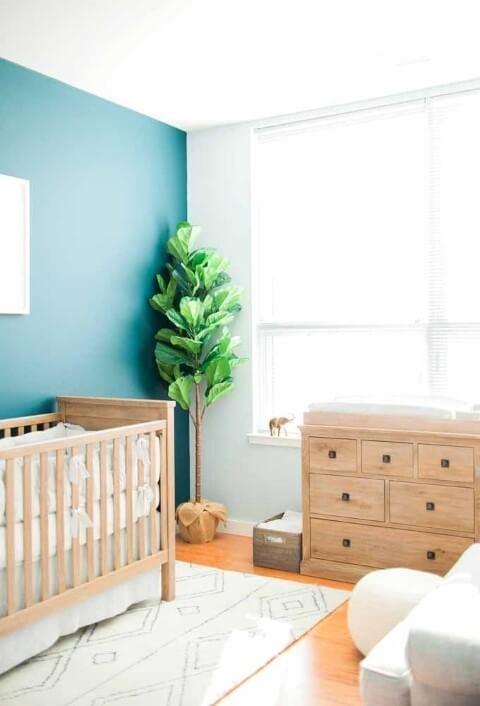 Quarto de bebê menino com parede azul e móveis de madeira Foto de Pinterest