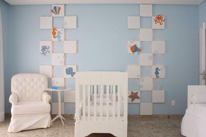 Quarto de bebê menino com parede azul e temárica de bichos marinhos