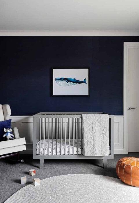 Quarto de bebê menino com parede azul escura e berço cinza Foto de Plantas de Casas