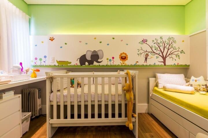 Quarto de bebê menino com parede verde e decoração com bichinhos Projeto de By Arquitetura