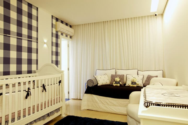 Quarto de bebê menino com parede xadrez e ar condicionado Projeto de Ludmilla Coutinho