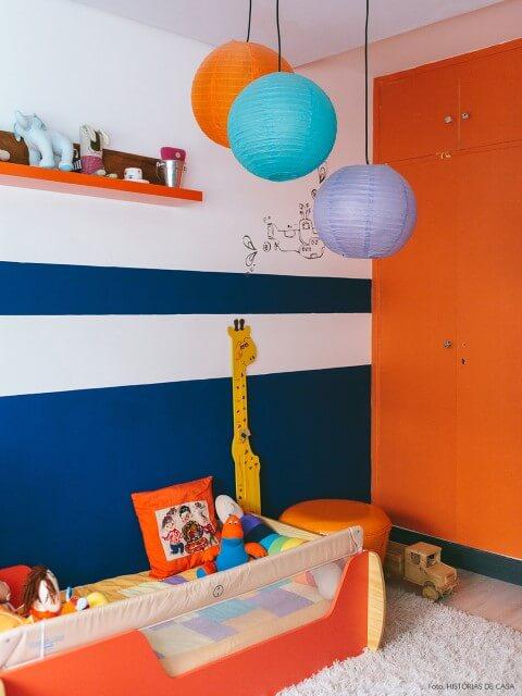 Quarto de bebê menino com paredes azul e laranja Foto de Koule