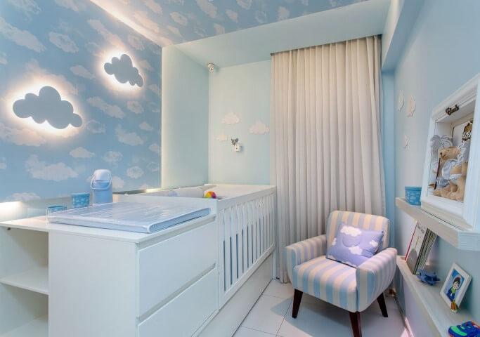 Quarto de bebê menino com paredes de nuvens e cômoda com trocador Projeto de Milla Holtz