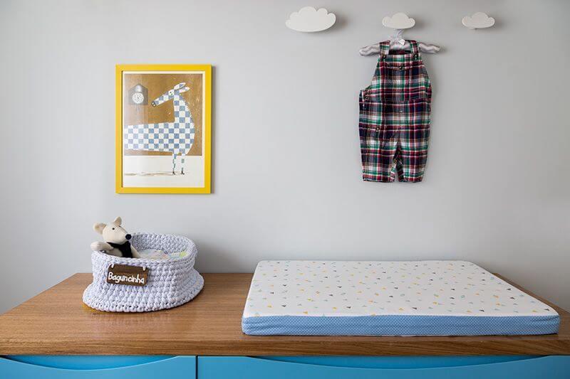 Quarto de bebê menino com trocador sobre cômoda azul Projeto de Studio Novak