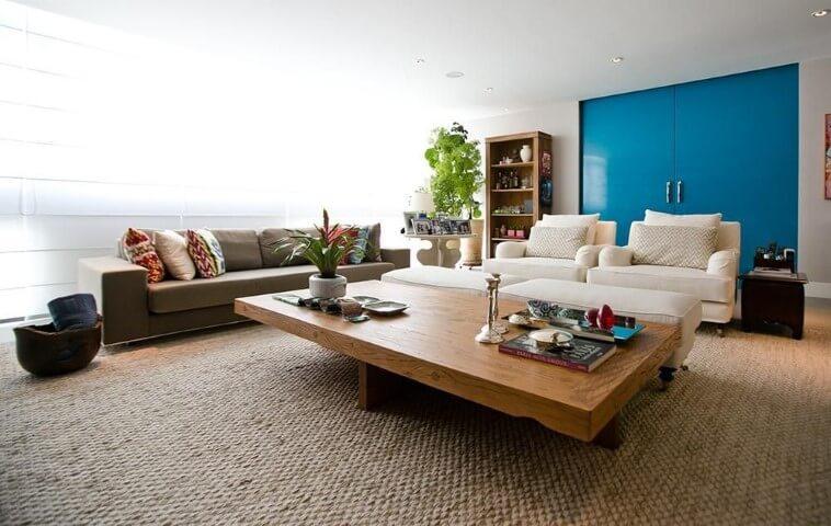 Sala de estar grande com móveis de madeira como a mesa de centro Projeto de Codecorar
