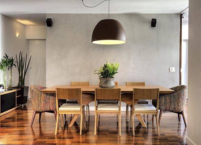 Sala de jantar com móveis de madeira mesa e cadeiras Projeto de Studio Scatena