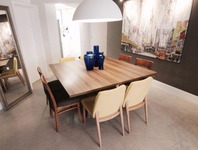 Sala de jantar moderna com móveis de madeira mesa e cadeiras Projeto de Glaucio Gonçalves