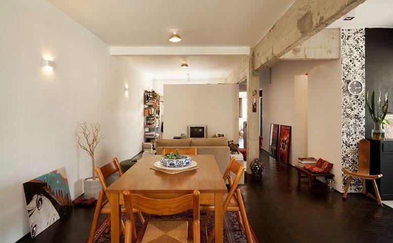Sala integrada com móveis de madeira como a mesa e as cadeiras Projeto de Odvo Arquitetura