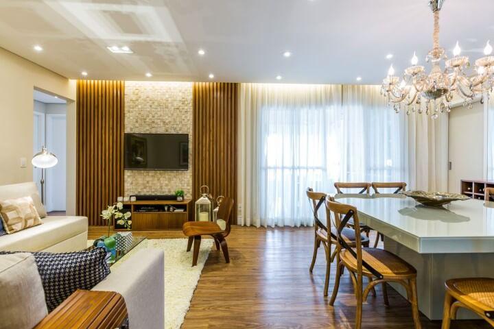 Sala integrada com móveis de madeira painel e cadeiras Projeto de By Arq & Design