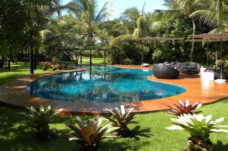 Seja qual for o modelo ou o formato da piscina, ela pode ser acompanhada de um belo deck