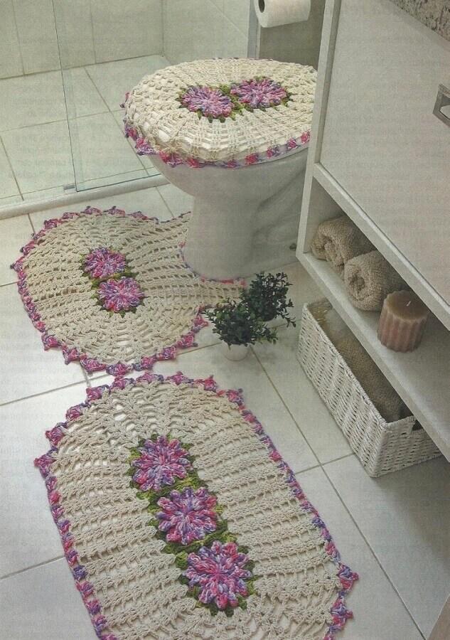 Tapete de crochê com flores lilás para decoração de banheiro todo branco Foto Pinterest
