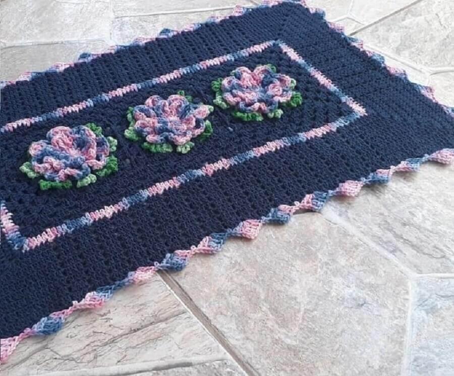 Tapete de crochê com flores mescla em azul e rosa  Foto Sandra Regina Tacconi