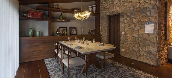 Tapetes para sala de jantar em ambiente rústico