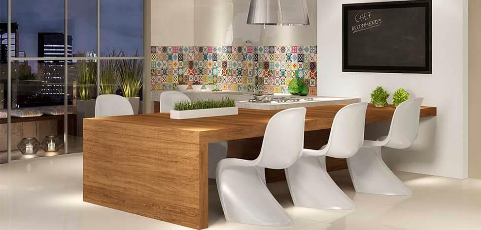 Varanda gourmet com móveis de madeira mesa ampla Foto de Duratex Madeira