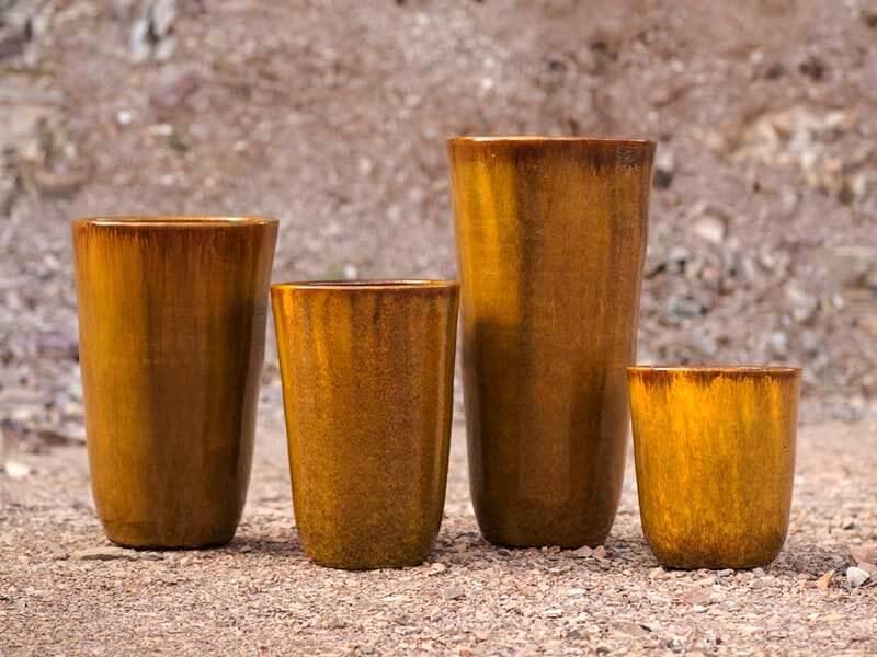 Vasos de cerâmica amarelados em tamanhos diferentes Foto de Terra Asia