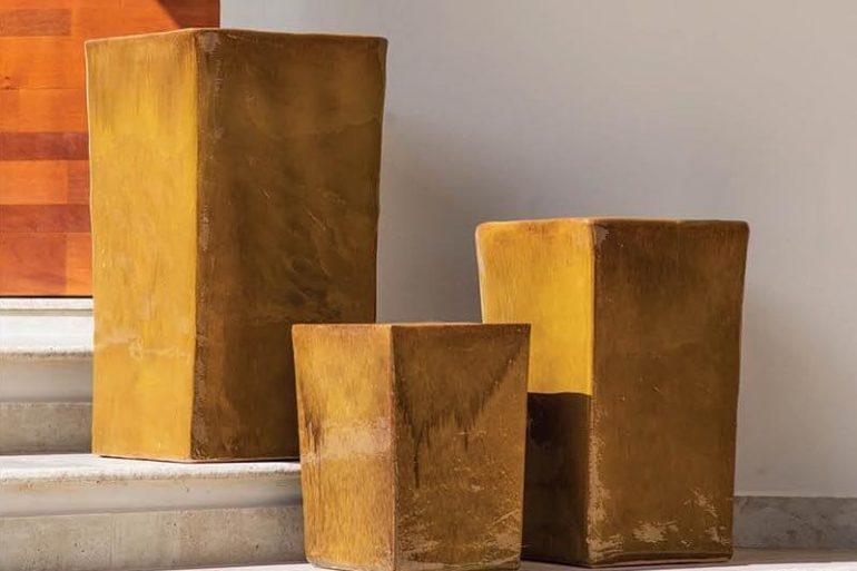 Vasos de cerâmica amarelados quadrados Foto de Terra Asia
