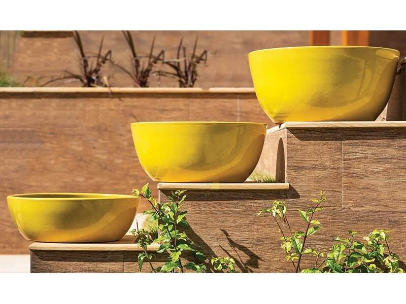 Vasos de cerâmica amarelos em área externa Foto de Terra Asia