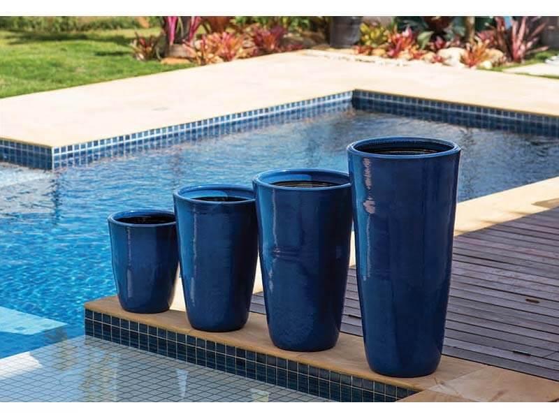 Vasos de cerâmica azuis na beira da piscina Foto de Terra Asia