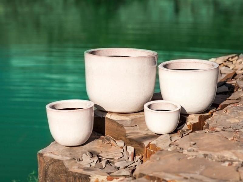 Vasos de cerâmica claros em tamanhos diferentes Foto de Terra Asia