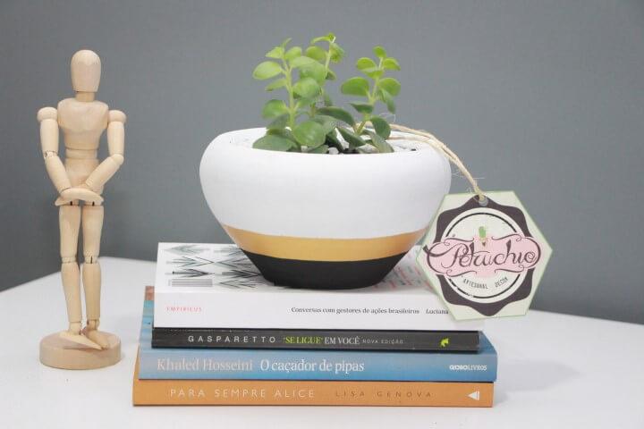 Vasos de cerâmica com base listrada Foto de Petruchio Decor