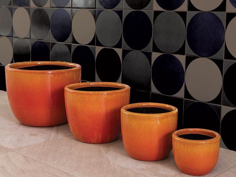 Vasos de cerâmica em diversos tamanhos mas com as mesmas cores Foto de Terra Asia