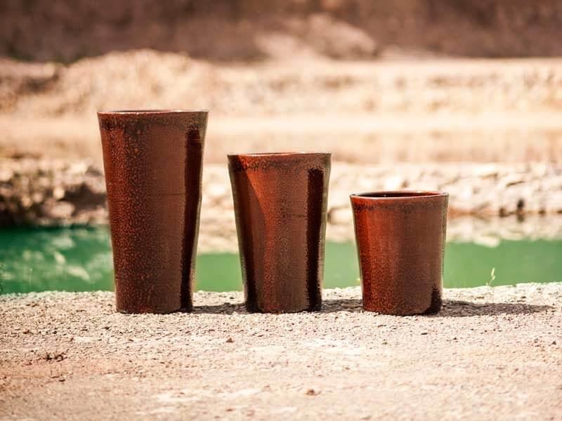 Vasos de cerâmica em tom de cobre Foto de Terra Asia