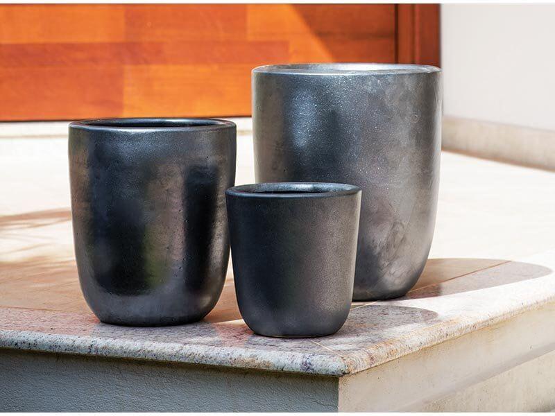 Vasos de cerâmica escuros em tamanhos diferentes Foto de Terra Asia