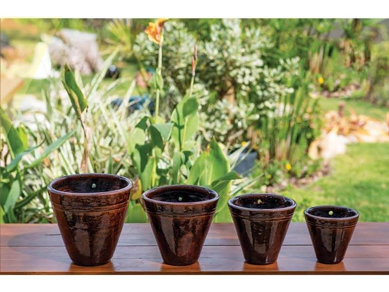 Vasos de cerâmica escuros pequenos Foto de Terra Asia
