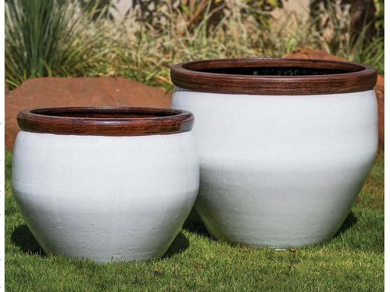 Vasos de cerâmica grandes e brancos Foto de Terra Asia