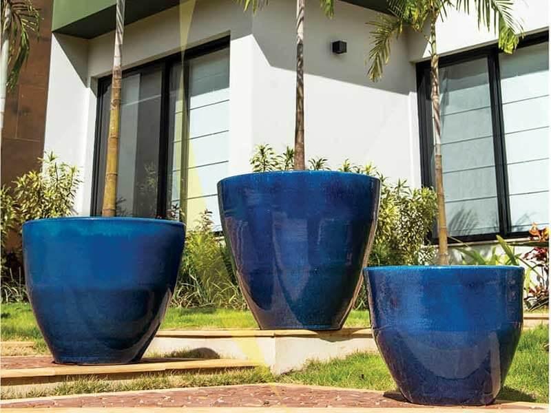 Vasos de cerâmica no jardim Foto de Terra Asia