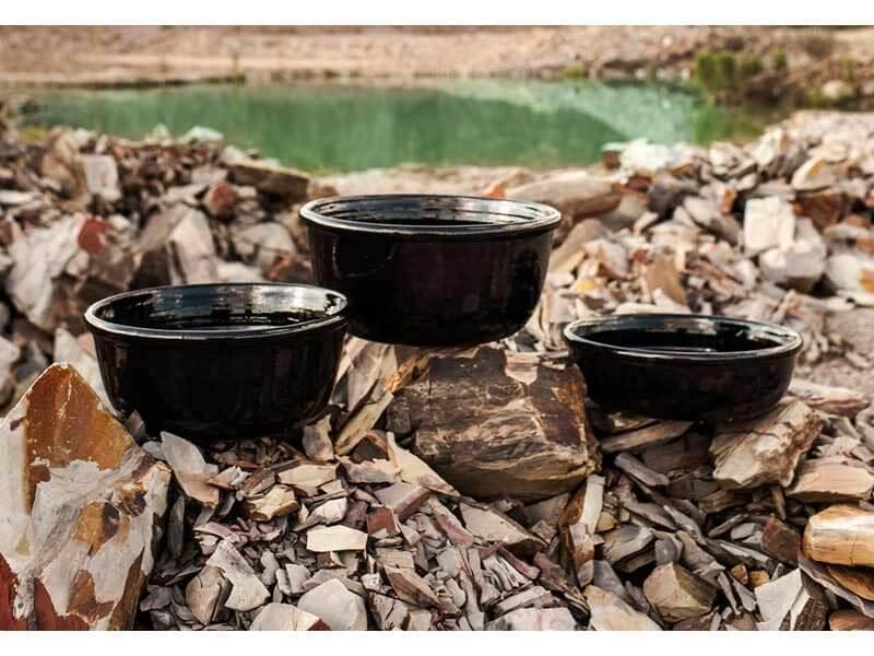 Vasos de cerâmica pretos em área externa Foto de Terra Asia